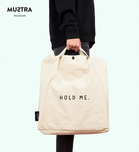MUSTRA_B_HOLD_ME